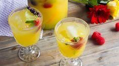 Zomertip: heerlijke sangria met gin en cava | VTM Koken Summer Cocktails, Cocktail Drinks, Cold Drinks, Sangria Punch, Gin And Tonic, Party Drinks, I Love Food, Summer Recipes, Smoothies