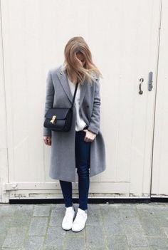 Dieses Outfit geht immer: Weiße Bluse, Jeans, weiße Sneaker und grauer Mantel