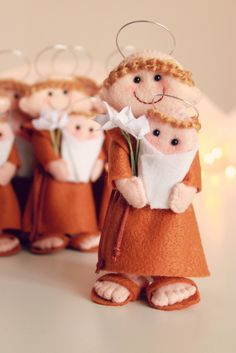 Boutique do Feltro Sto Antonio Cute Crafts, Crafts To Make, Diy Crafts, Felt Christmas, Christmas Crafts, Christmas Ornaments, Felt Fabric, Fabric Dolls, Felt Angel