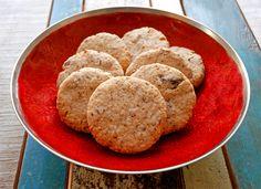 Deze vegan koekjes zijn lekker crunchy en de cashews zorgen samen met de abrikozen en specerijen voor een rijke smaak. Een tikje oosters, door de kardemom en kaneel.