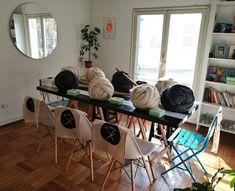 La mesa lista para una clase de tejido XXL. Furniture, Home Decor, School, Mesas, Tejidos, Decoration Home, Room Decor, Home Furnishings, Home Interior Design