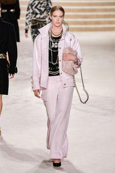 Chanel Pre-Fall 2020 Fashion Show - Vogue Fashion Moda, Vogue Fashion, Fashion 2020, Runway Fashion, Fashion Trends, Fashion Design, Chanel Fashion Show, Fashion Show Dresses, Modest Fashion