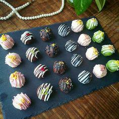 こんにちは!今日は市販品を使って、小学生でも簡単にできるトリュフチョコレートのレシピをご紹介します😃そろそろ近づいてきたバレンタインデー。小3の娘も友チョコ友チョコと毎日そわそわしています😃 Sweet Recipes, Snack Recipes, Snacks, Caramel Recipes, Mini Cupcakes, Food Art, Tea Time, Keto, Sweets