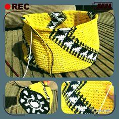 iCrochetstuff: Tapestry Mochila Wayuu handbag haken met patroon - work in… Crochet Cross, Crochet Chart, Knit Or Crochet, Crochet Motif, Crochet Box, Crochet Stitches, Free Crochet, Crochet Handbags, Crochet Purses