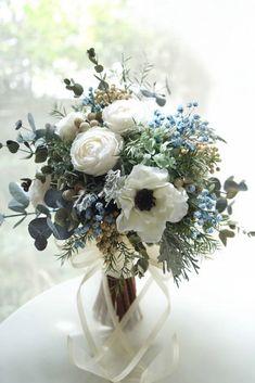 アネモネとブルーの小花をナチュラルに束ねたクラッチブーケ。プリザーブドフラワーショップatelier MOMO Bride Flowers, Diy Wedding Flowers, Elegant Flowers, Bride Bouquets, Flower Bouquet Wedding, Purple Wedding, Pretty Flowers, Floral Wedding, Wedding Colors
