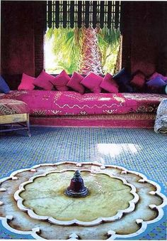 Marokkanischer Innenhof - wir mögen das pinke Sofa