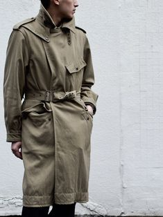 Men's trench coat, collar with lapel, 1 asymetrical flap pocket (front top), 2 symetrical flap pockets, belt at the waist. Trench Coat Outfit, Trench Coat Men, Retro Fashion, Petite Fashion, Curvy Fashion, Style Fashion, Military Pants, Capsule Wardrobe Work, Fall Fashion Trends