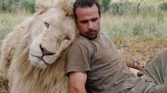 保護されたライオンやハイエナ、チーターなどの野生動物を保護しているのが、  動物学者のケビン・リチャードソン