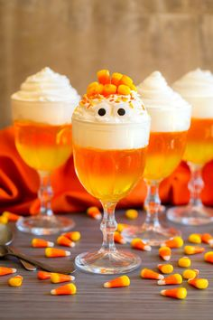 15 Halloween Treats You Can Make With Candy Corn Halloween Desserts, Postres Halloween, Halloween Food For Party, Fall Desserts, Halloween Candy, Halloween Dinner, Halloween Movie Night, Halloween Baking, Halloween Foods