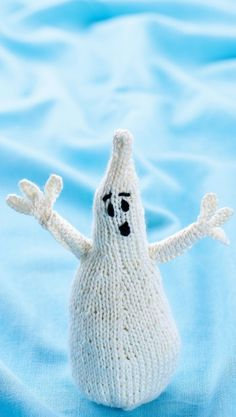 Meet Wilfred, a cute and cuddly spook who just wants to be loved! He doesn& take long to knit and would be a lovely decoration for a kids& Halloween party. His arms are strengthened using a bendy straw, which also Fall Knitting Patterns, Free Knitting, Knitting Projects, Crochet Patterns, Knitting Toys, Loom Knitting, Knitting Ideas, Crochet Ideas, Tejido Halloween