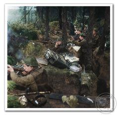 Britští vojáci z 1. praporu z pěšího pluku z Jižního Lancashireu (dobrovolníci prince z  Walesu). Západní fronta, Nizozemí, listopad 1944. British soldiers from the 1st Battalion of  South Lancashire Infantry Regiment (volunteers Prince of Wales). Western Front, The Netherlands, November 1944.