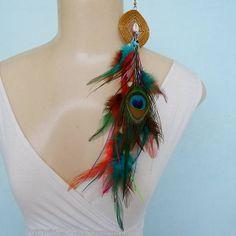 Brinco de penas de pavão, penas coloridas e capim dourado. R$ 14,00