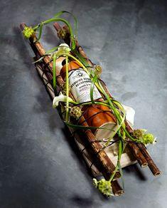 Bottle 'Weduwe Joustra Beerenburg' with flowerarrangement - Valentijn Sneek