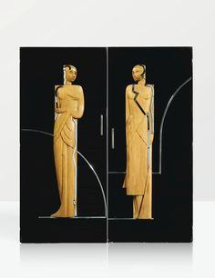 Paire de portes (vers 1930) Travail français. bois laqué noir, les deux panneaux agrémentés de deux femmes en bois sculpté en bas-relief ornés d'éléments en métal chromé ; poignées de portes en métal chromé. Collection de Félix Marcilhac.©GB
