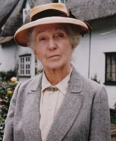 Joan Hickson played Agatha Christie's Miss Marple from 1984 to 1992 in the BBC adaptation of all of the original Miss Marple novels as a series titled 'Miss Marple'. Joan Hickson was Agatha Christie's personal choice for the perfect Miss Marple. British Actresses, British Actors, Actors & Actresses, Famous Detectives, Tv Detectives, Agatha Christie's Poirot, Hercule Poirot, V Drama, Glorfindel