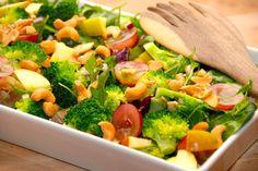 Her er den bedste salat med vindruer, cashewnødder og en masse andet lækkert. Brug en blandet grøn salat som bund, og spæd op med æble og broccoli. Foto: Guffeliguf.dk. Side Recipes, Raw Food Recipes, Salad Recipes, Dinner Recipes, Cooking Recipes, Healthy Recipes, I Love Food, Good Food, Waldorf Salat