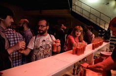 Público del estreno disfrutando de los cocktails