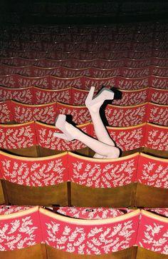 Ноги в зрительном зале