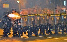 Policiais disparam contra manifestantes no entorno do Maracanã antes da final da Copa das Confederações. 30/06/2013.