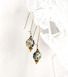 Boucles d'oreille noires, blanches et dorées, de style washi japonaises et perles peintes à la main.   Boucles d'oreille en bronze antique, chacune composée d'une grosse perle - 9328141