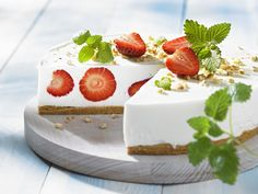 So sieht der Sommer aus! Käsesahnetorte mit Erdbeeren - smarter - Kalorien: 280 Kcal - Zeit: 45 Min. | eatsmarter.de