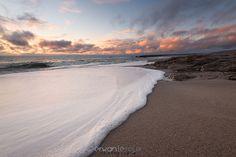 """""""La plage des Kaolins au couchant"""" http://www.erwanleroux.bzh  Aujourd'hui, la très belle plage des Kaolins à Ploemeur dans le Morbihan se nappant d'un drap d'écume au moment du coucher.  Très bon weekend à toutes et à tous !  Et n'hésitez pas à partager si vous aimez ;)  #erwanleroux #photographe #bretagne #morbihan #ploemeur #plagedeskaolins #kaolins #regiondelorient"""