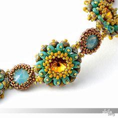 Dieses Armband ist mit bezeled Topaz und Pacific Opal Swarovski Rivolis gemacht. Senfkorn Perlen, Bronze Delica Perlen, Türkis und Travetine Superduo Perlen dienten zur Verschönerung. Die Schließung ist ein antikisiert Messing Haken und Ösen Verschluss.  Das Armband ist 20 cm (8 ) lang einschließlich der Spange und 25 mm breit.  Wenn Sie eine Sicken und Sie selber machen wollen, finden Sie die Pdf-Anleitung in meinem Shop: https://www.etsy.com/uk/listing/226526145...