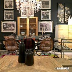 DINNER MIT FREUNDEN #tisch #table #Esszimmer #essen Couchtisch stuhl #Rattan #Rattanstuhl #Servierwagen #Vitrine #bilder #glas #krohnleuchter #Vase #hochkommode #Teppich #fell #carpet #chair #Picture www.rahaus.de