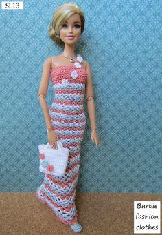 Facebook: Novelo de Amor www.novelodeamor.blogspot.com.br raquelbanholzer@gmail.com Barbie Clothes Patterns, Crochet Barbie Clothes, Doll Clothes Barbie, Clothing Patterns, Dress Barbie, Barbie Gowns, Barbie Et Ken, Barbie Mode, Crochet Barbie Patterns