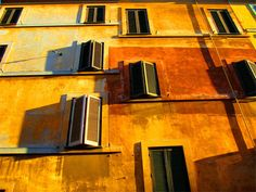 Beautiful sunlit wall in Rome (Gianni Dominici) Facade Lighting, Popular Photography, Photography Articles, House Drawing, Rome Travel, Colour Schemes, How To Take Photos, Interior Architecture, Windows