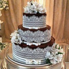"""Que bolo lindoooo ! ❤️🎂 Ameeei esse o açúcar lembrando renda e o lacinho """"Chanel""""! Muito chic e delicado!!! #inspiracao #ideia #ideias #ideiasoriginais #ideiasdiferentes #ideiascriativas #bolo #renda #laço #casamento #regram @queridocasamento"""