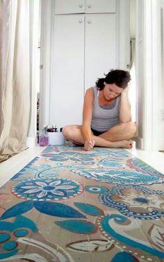 In plaats van een houten vloer kun je ook een patroon er op schilderen met de hand of met sjablonen