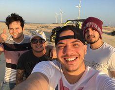 Quem aproveitou o fim de semana de muito sol e se aventurou nas dunas de Fortaleza, no Aquaville, foram os fenômenos do forró e sertanejo:Wesley Safadão e Luan Santana. O cantor sul-mato-grossens...
