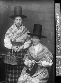 Two women in national dress (Thomas) | Peoples Collection Wales