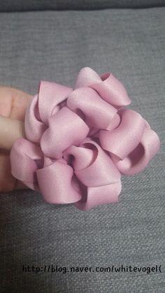 빵빵이♥♥ : 네이버 블로그 Satin Ribbon Flowers, Ribbon Art, Diy Ribbon, Fabric Ribbon, Fabric Flowers, Handmade Flowers, Diy Flowers, Handmade Art, Baby Hair Bands