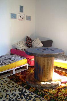 Sofá de paletes e mesa de carretel