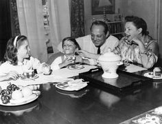 The Luft family have tea in the house they rented from Carol Reed, 213 Kings Road, Chelsea, London 1960 Turner Classic Movies, Classic Films, Judy Garland Daughter, Lorna Luft, Carol Reed, Liza Minnelli, Famous Couples, The Good Old Days, Famous Faces