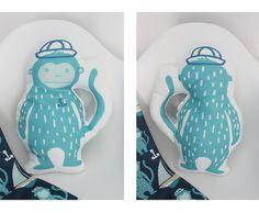 Cuscino decorativo a forma di scimmietta marinaio per camerette e nursery di IlluminoHomeIdeas su Etsy