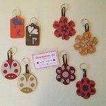 Un porta-chiavi davvero originale è quello della nuova collezione in alcantara. Si possono trovare con vari soggetti: fiori frastagliati, fiori classici, coccinelle e tag (etichette) personalizzabi...
