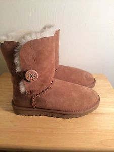 $165 Ugg Australia Classic Short Bailey Button Chestnut  Womens Size 7