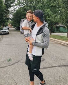 """Last day of preschool was this week. He kept telling everyone he can hang out more now that he's not """"so busy with school"""" 😂 @beckamandrew… Kids Tumblr, Family Goals, Family Life, Daddy And Son, Daddy Daughter, Dad Baby, Mom And Baby, Baby Girls, Baby Boy"""