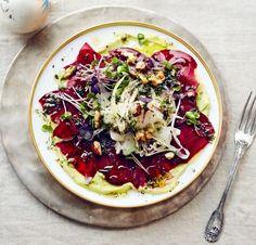 Hauchdünn geschnittene Rote-Bete-Scheiben mit Fenchelsalat auf einer samtigen Avocadocreme.