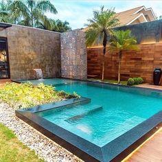 Essa piscina maravilhosa é perfeita para aproveitar esses dias quentes. Projeto: Bibyana Bernardino