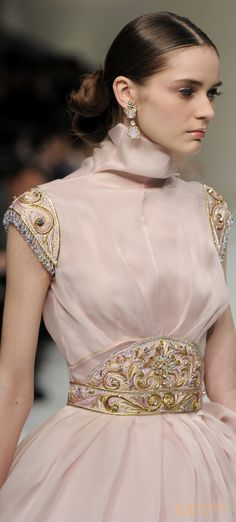 Pinky Pleasures With Regilla ⚜ Guo Pei, Spring 2016 Haute Couture Style, Couture Mode, Couture Fashion, Runway Fashion, Fashion Moda, High Fashion, Womens Fashion, Costume Original, Mode Rose