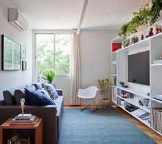 Ambientes integrados, cores e plantas pontuam decoração de apartamento pequeno