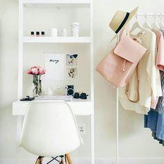 Un birou atât de simplu, de mic și de frumos! ❤  homeoffice smalloffice workplace beautifulhome officeideas homeofficedecor desk light white pastels instadecor