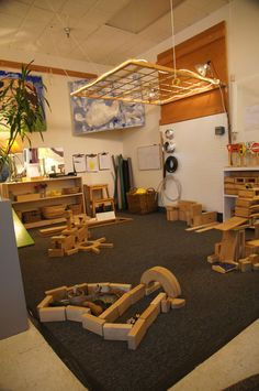 This is another example of what a Reggio inspired, child centered classroom could look like. There are many natural objects, and the materials are stored at an appropriate level for children to use as they become interested. Classroom Setting, Classroom Setup, Classroom Design, Play Spaces, Learning Spaces, Learning Environments, Reggio Emilia Classroom, Reggio Inspired Classrooms, Preschool Block Area