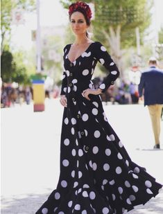 María José Bazaga con un look de tendencia total en flamenca: Lunares, corte camisero, mangas sin volantes y botones. Foto: Instagram Fashion Mode, Modest Fashion, Hijab Fashion, Flamenco Costume, Mexican Outfit, Vintage Gowns, Fashion Project, Feminine Dress, Folk Costume