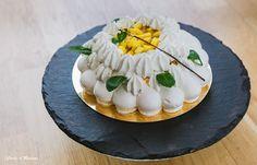 pavlova aux fruits exotiques: meringue, chantilly à la vanille de Madagascar, coulis de mangue-passion, dés de mangues