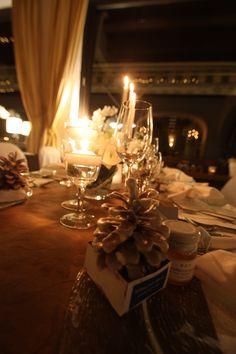Winterhochzeit am See in Bayern, Riessersee Hotel Resort Garmisch-Partenkirchen - selbst gebastelte Kaminanzünder (in Wachs getauchte Tannenzapfen) als Gastgeschenke - Wedding favors for a winter wedding